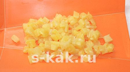 "Вкусный салат ""Копченая курица с ананасами"". Шаг 3"