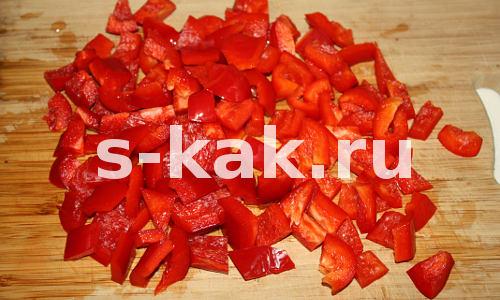 Суп из томатного сока. Кубиками режем сладкий перец