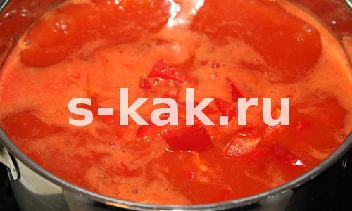 Суп из томатного сока. Высыпаем перец в кипящий томатный сок