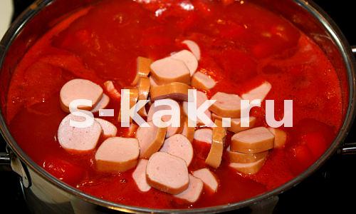 Суп из томатного сока. Высыпаем сосиски и лук в кипящий томатный сок