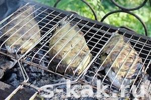 Рыба на гриле в виноградных листьях