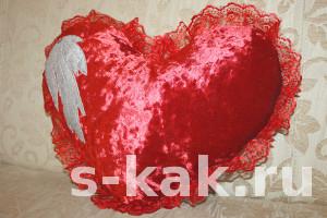 Как сшить подушку-сердце с оборкой