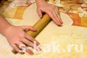 Раскатайте скалкой одну из частей теста