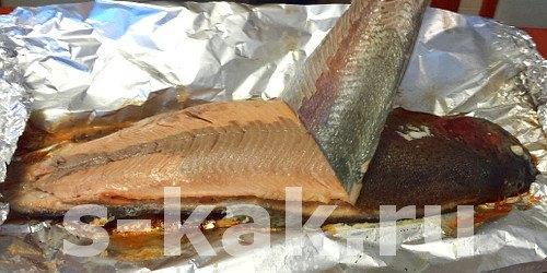 С готовой рыбы снимаем кожу с чешуей