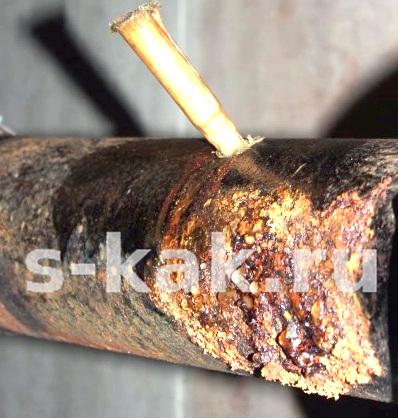 Как быстро устранить течь в трубе, деревянный чепик