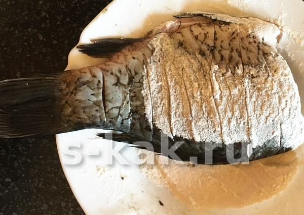 обваливаем карасей в муке и укладываем на сковороду